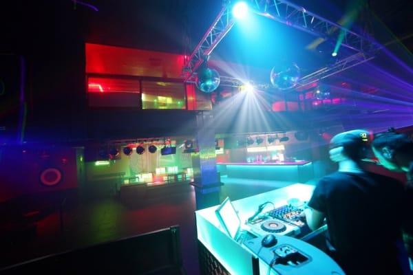 locales para celebraciones con dj disco